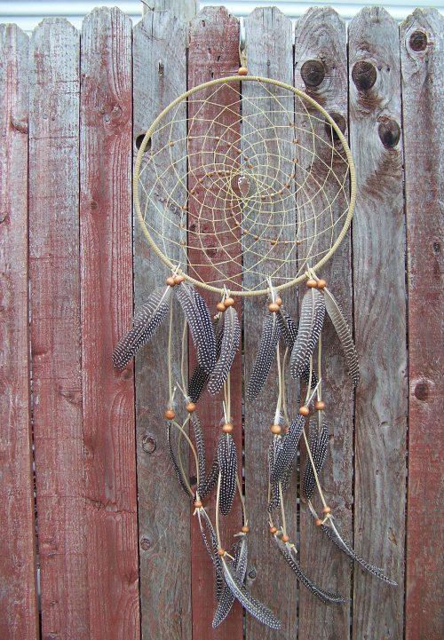 une attrape rêve naturel gris avec des plumes