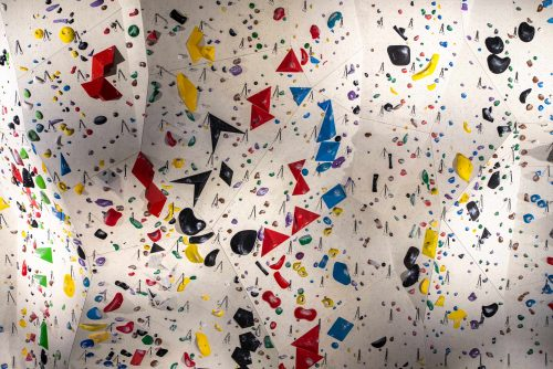 Un mur d'escalade coloré