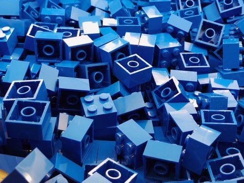 Des blocs de lego bleu